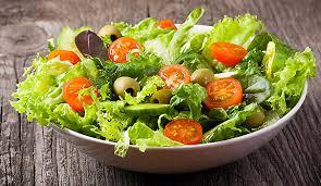 salade: laitue, tomates, olives, huiles de tournesol, vinaigre blanc, sel